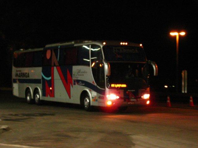 Imagem desfocada pelo movimento do ônibus.