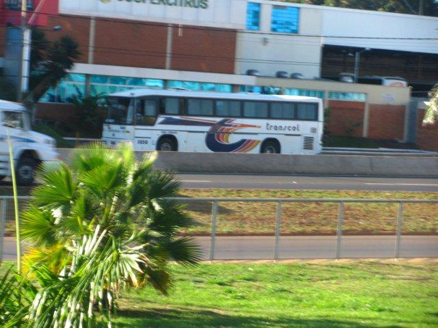 Ônibus demasiadamente distante, além de não ocupar o primeiro plano da imagem e estar desfocado.