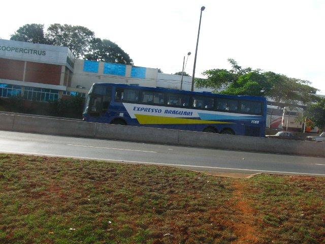 Ônibus parcialmente encoberto pela divisória de pistas.