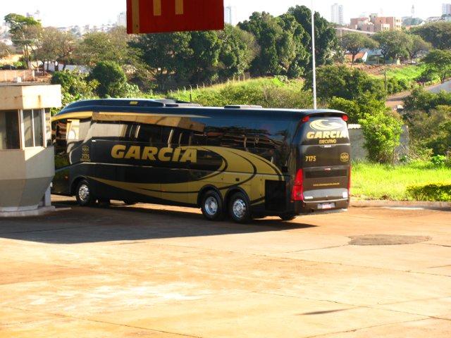 Ônibus parcialmente encoberto pela guarita.