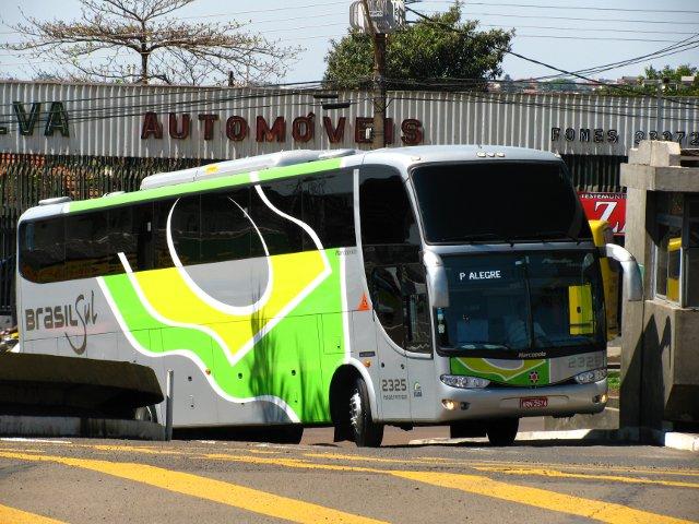 Ônibus parcialmente encoberto pela construção.