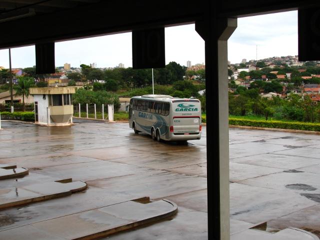 Ônibus demasiadamente distante. O piso ocupa a maior fração da imagem.
